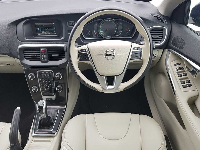 Volvo  D2 Momentum (Leather Upholstery, Rear Camera, Rear Sensors, Bluetooth)